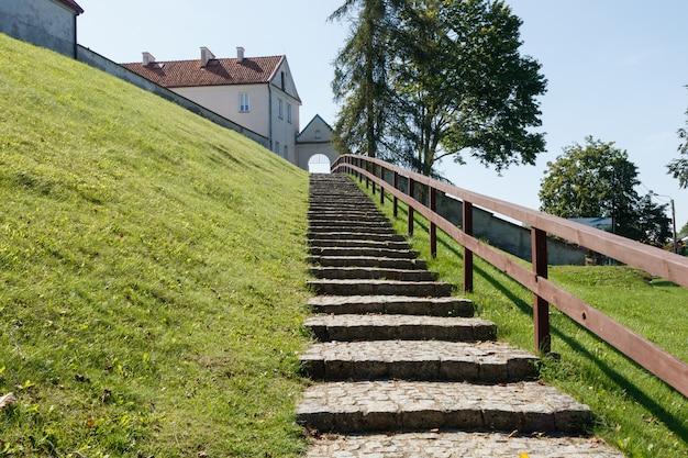 Kamienne schody prowadzące do katolickiego klasztoru