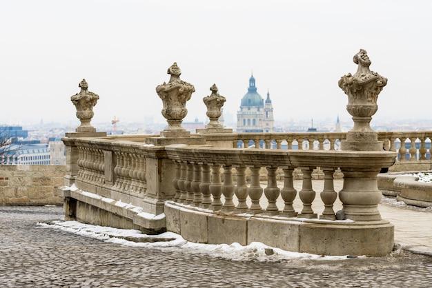 Kamienne stare balustrady i kamienne nakładki