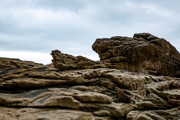 Kamienne tło. tekstura skały z bliska. pochmurne niebo