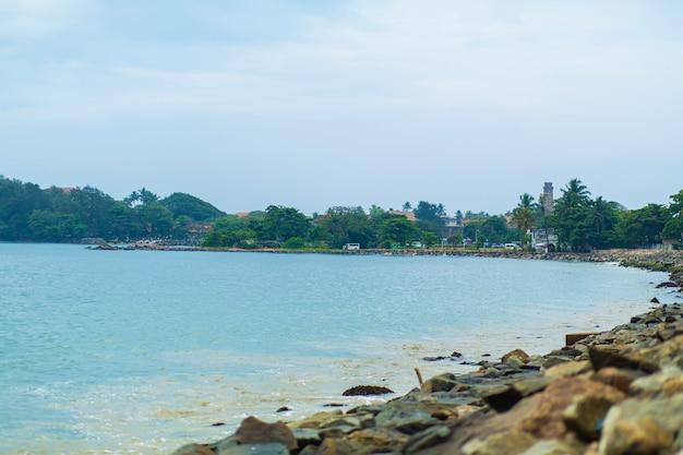 Kamienne wybrzeże oceanu. tropikalny krajobraz
