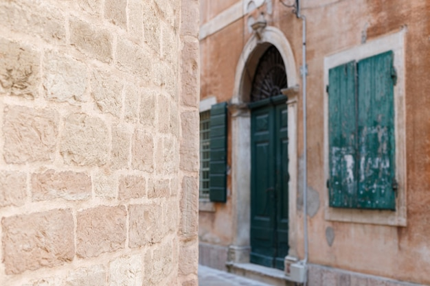 Kamienny brązowy mur na tle starego miasta. tło