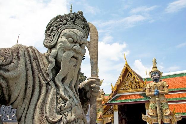 Kamienny chiński strażnik statua w wat phra kaeo, świątynia szmaragdowego buddy, tajlandia