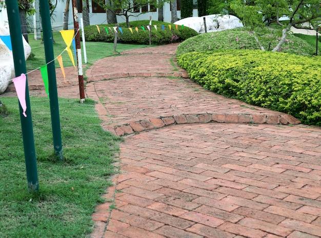 Kamienny chodnik w parku