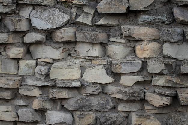Kamienny mur ze starym murem w pogodny dzień