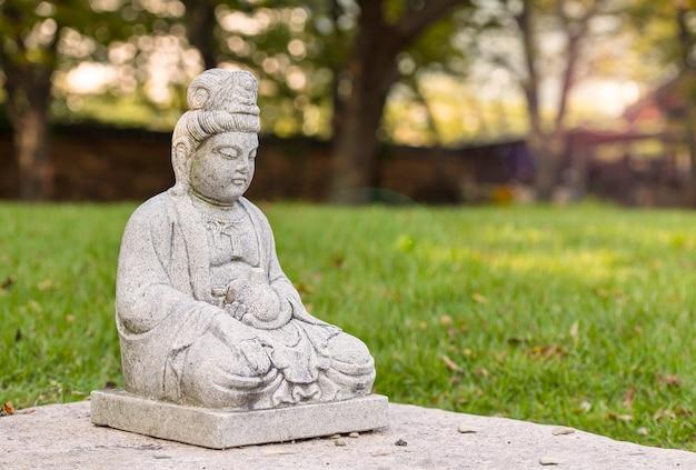 Kamienny posąg buddy w świątyni niedaleko gyeongju w korei południowej.