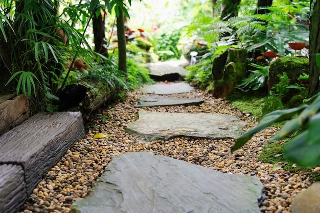 Kamienny przejście w ogrodowym kroku kamieniu w żwirze