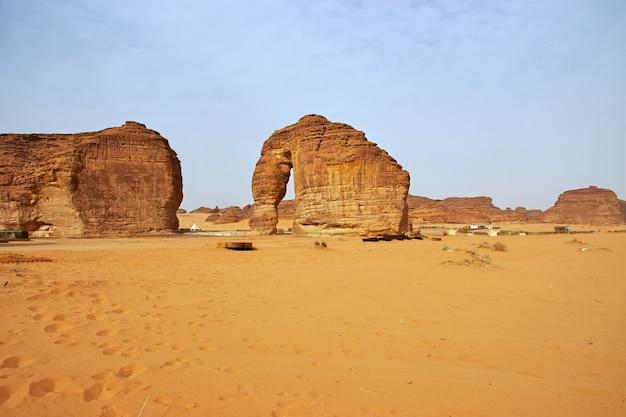 Kamienny słoń na pustyni w pobliżu al ula w arabii saudyjskiej