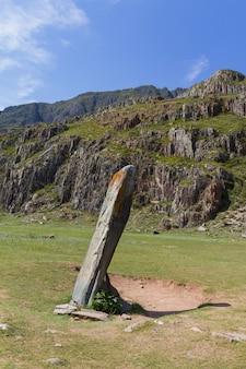 Kamienny zabytek w górach ałtaju. kolumna skalna. ścieśniać.
