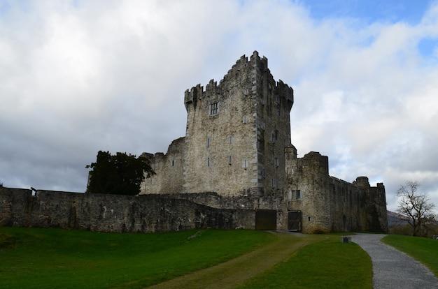 Kamienny zamek w parku narodowym killarney znany jako zamek ross