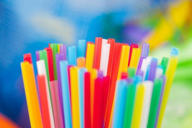 Kampania antyplastyczna. jednorazowe plastikowe słomki są jasne i kolorowe oraz wykonane z nierozkładalnego materiału
