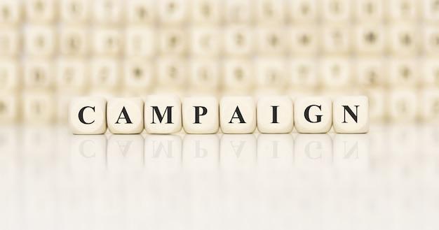 Kampania słowa napisana na drewnianym bloku. pomysł na biznes.