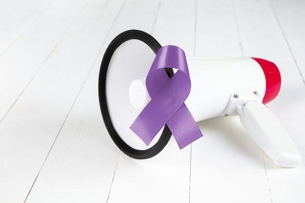Kampania uświadamiająca w listopadzie. bliska świadomość jasnoniebieskiej wstążki. symbol wsparcia dla mężczyzn żyjących z rakiem
