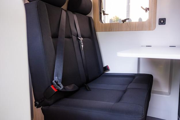 Kamper z pasami bezpieczeństwa na tylnych siedzeniach