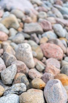 Kamyczki na brzegu. okrągłe kamienie na wybrzeżu.