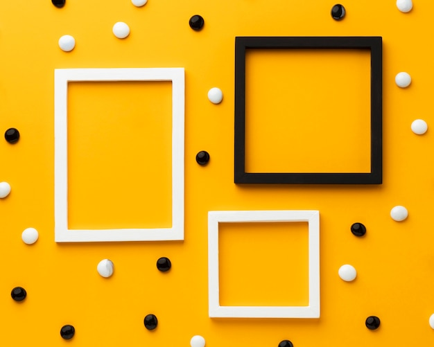 Kamyczki na żółtym tle widok z góry