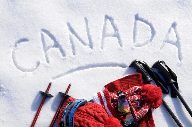 Kanada napisane w śniegu ze sprzętem narciarskim