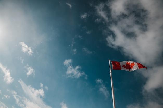 Kanadyjska flaga narodowa macha na szczycie góry sulphur w banff alberta canada