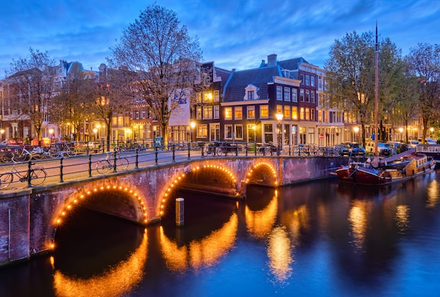 Kanał amsterdamski, most i średniowieczne domy wieczorem