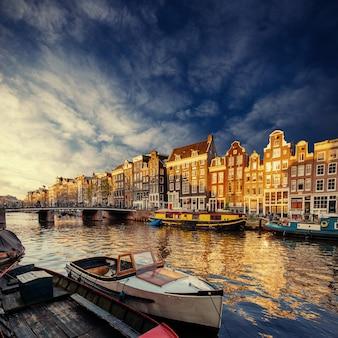 Kanał amsterdamski na zachodzie.