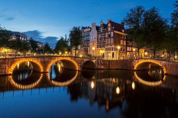Kanał amsterdamski nocą. holandia