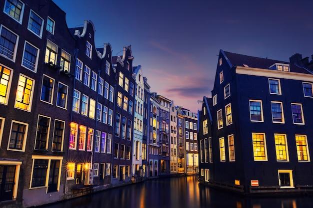 Kanał amsterdamu nocą, holandia