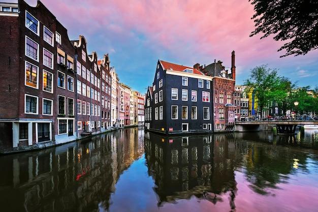 Kanał amsterdamu o zachodzie słońca, holandia