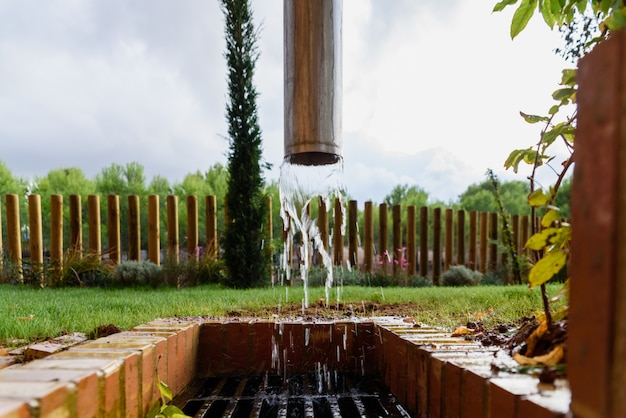 Kanał drenażowy wypychający wodę po deszczu.