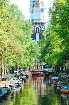 Kanał groenburgwal na starym mieście w amsterdamie, holandia, prowincja holandia północna.