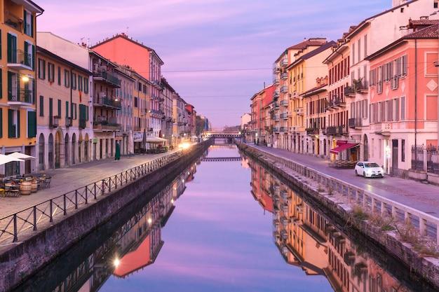 Kanał navigli grande o wschodzie słońca w mediolanie we włoszech
