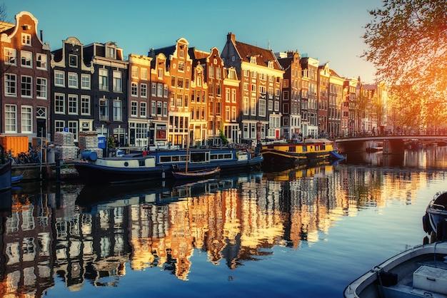 Kanał o zachodzie słońca. amsterdam jest stolicą