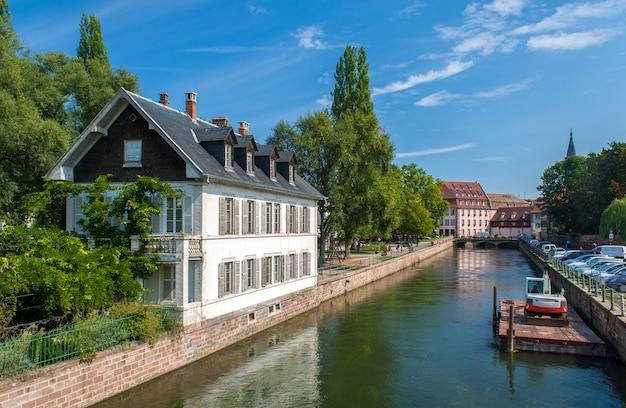 Kanał w dzielnicy petite france, strasburg, francja