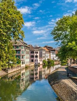 Kanał w dzielnicy petite france w strasburgu