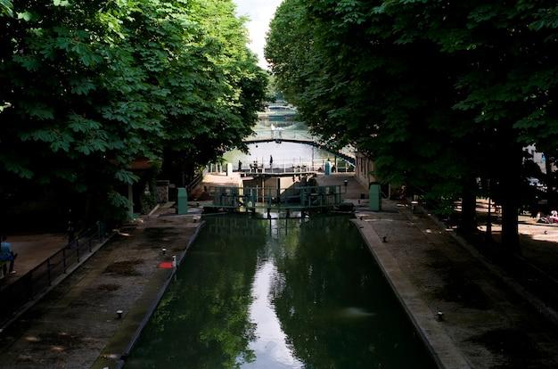Kanał w paryżu we francji