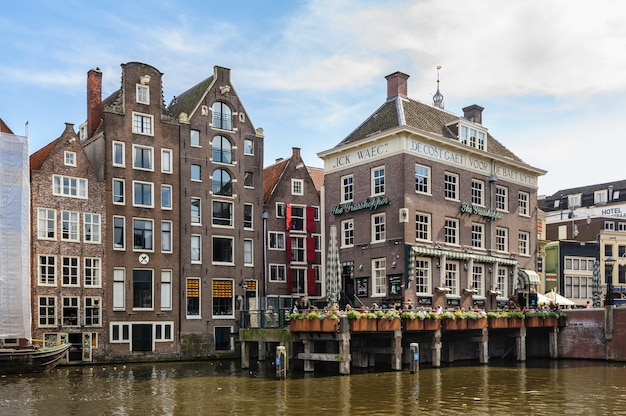 Kanałowe domy damrak, amsterdam, holandia