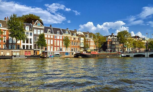 Kanały i łodzie w amsterdamie. holandia