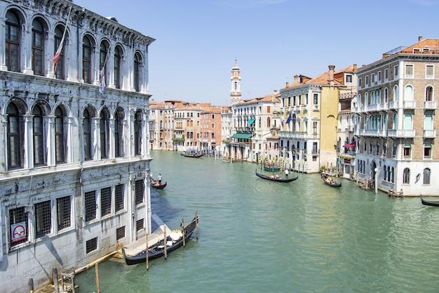 Kanały wenecji za dnia. turystyka we włoszech.