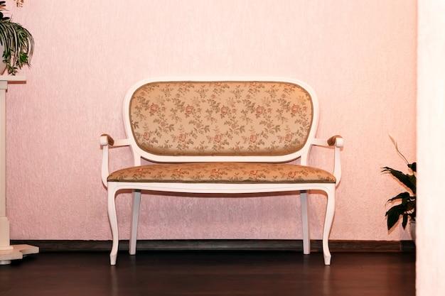 Kanapa rozkładana fotel w klasycznym stylu w pokoju vintage z lampą biurkową