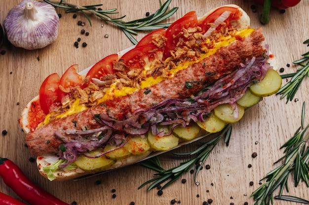 Kanapka baguette sub z kebabem z kurczaka