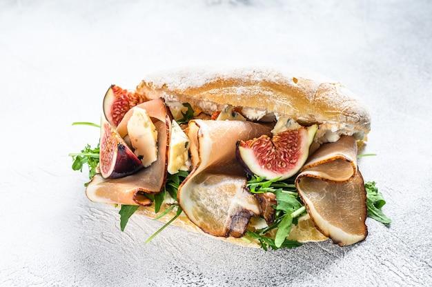 Kanapka ciabatta z rukolą, figą, prosciutto i serem pleśniowym