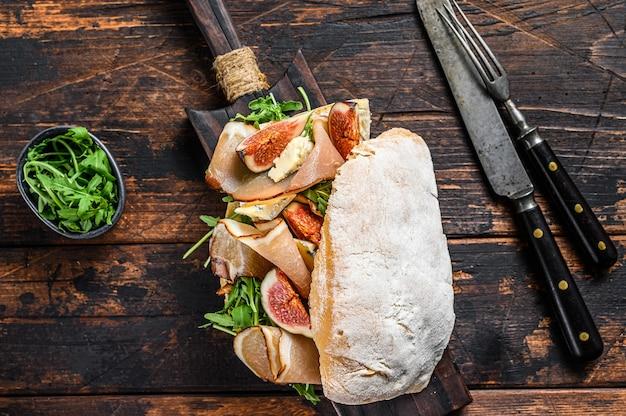 Kanapka ciabatta z sałatką rzymską, prosciutto i mozzarellą