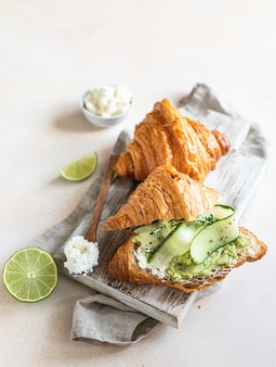 Kanapka croissant z ricottą lub puree serowym z awokado i ogórkiem