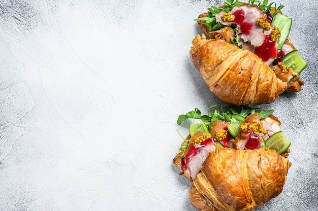Kanapka croissant z serem, rukolą i szynką