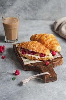 Kanapka croissant z twarogiem i malinami