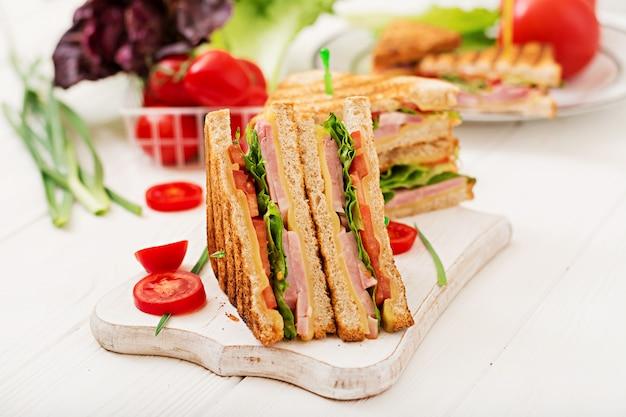 Kanapka klubowa - panini z szynką, serem, pomidorem i ziołami. widok z góry