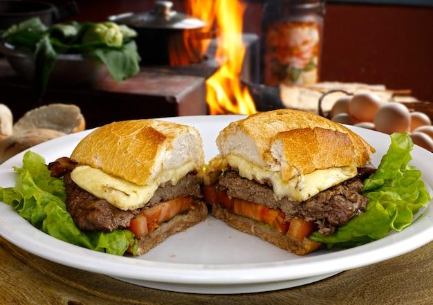 Kanapka mięsna z pomidorem i serem