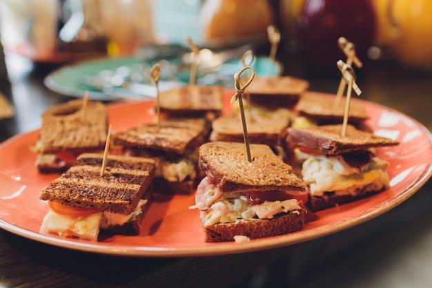 Kanapka mini club z szynką z kurczaka, sałatka jajeczna brioche kanapki na zimno do cateringu, seminarium, przerwa na kawę, śniadanie, obiad, kolacja, bufet i spotkanie grupy.
