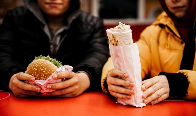 Kanapka shawarma t z chleba pita, falafel. tradycyjna bliskowschodnia przekąska w dłoni