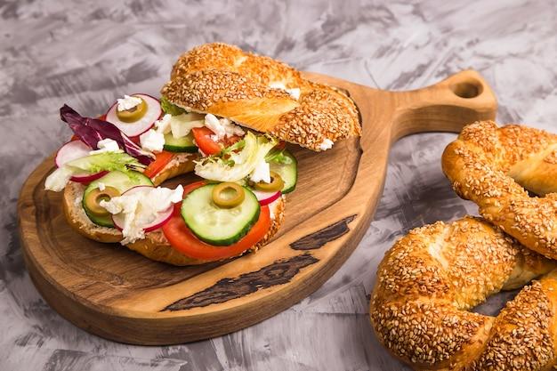 Kanapka wegetariańska z warzywami i serem w bajglu