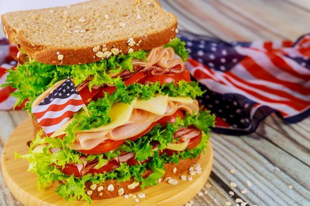 Kanapka z amerykańską flagą na powierzchni na amerykańską imprezę wakacyjną