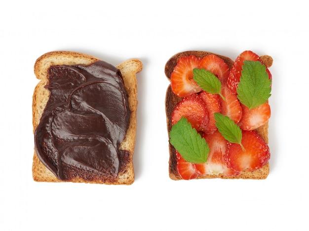 Kanapka z białego chleba i świeżych czerwonych truskawek